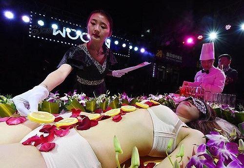 Mẫu nude bàn tiệc sushi trải lòng về công việc nhạy cảm