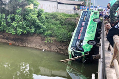 Xe khách lao xuống sông ở Thanh Hóa, ít nhất 2 người chết