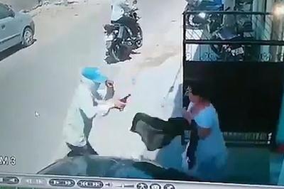 Người phụ nữ tay không đuổi cướp có súng trước cửa nhà