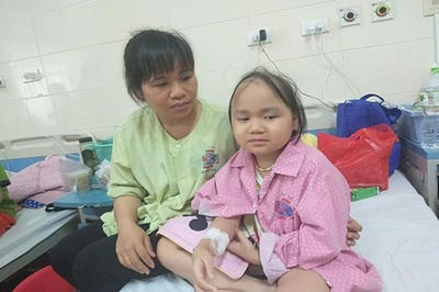 Bố tai nạn chưa bình phục, con gái mắc bệnh u não ác tính