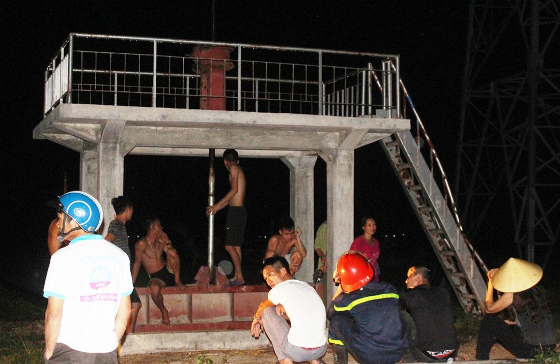 Người đàn ông 40 tuổi giận mẹ, trèo cột điện cao thế đòi tự tử