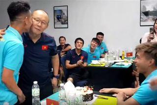 """Hồng Duy thơm má thầy Park, bị """"úp sọt"""" trong lễ sinh nhật sớm"""