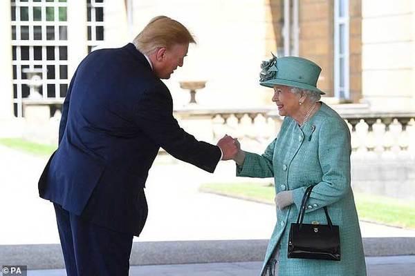 Chuyên gia ngôn ngữ cơ thể 'soi' ông Trump gặp Nữ hoàng Anh