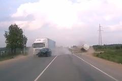 Cố vượt xe tải, Hyundai nát bét đầu khi đâm vào xe khác