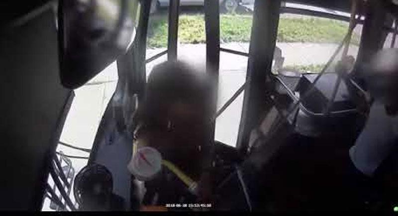 Tài xế xe buýt hứng 'mưa đòn' từ hành khách