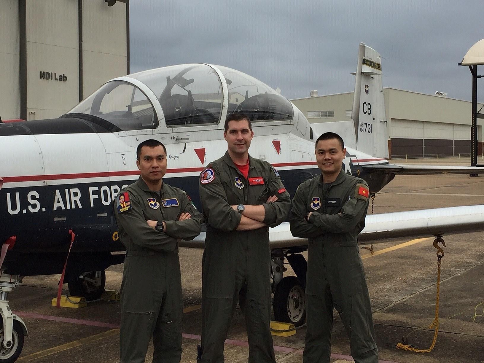 Phi công quân sự Việt Nam đầu tiên hoàn thành khóa huấn luyện tại Mỹ