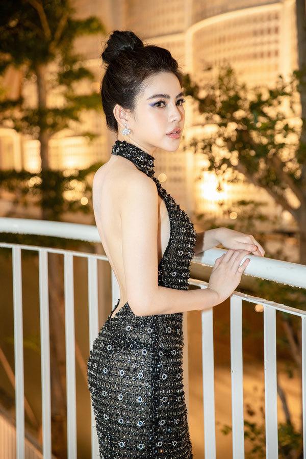 Thủy Tiên: 'Bố cấm tôi mặc hở, đăng tin tiêu cực lên Facebook'