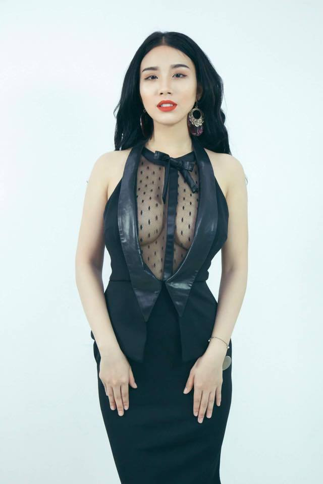 Huyền Thạch cùng dàn hot girl tạo dáng khêu gợi trong show gây tranh cãi