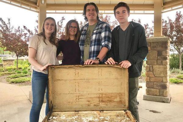 Cả gia đình hợp sức tìm được kho báu đầy vàng, bạc hàng tỷ đồng