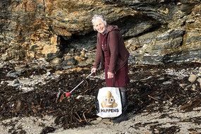 Cụ bà 70 tuổi dọn rác ở 52 bãi biển