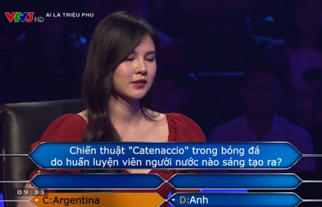 Thi 'Ai là triệu phú', MC thể thao Thu Hoài nhờ trợ giúp câu hỏi bóng đá