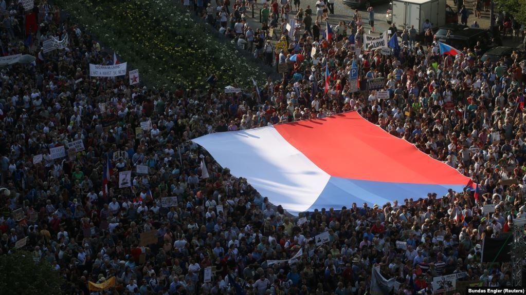 Hình ảnh cuộc biểu tình lớn nhất trong nhiều thập kỉ ở Praha