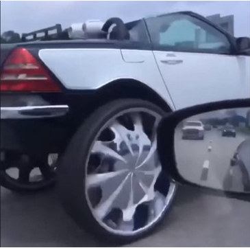 Mui trần Mercedes-Benz SLK độ mâm xe tải hạng nặng cực khủng