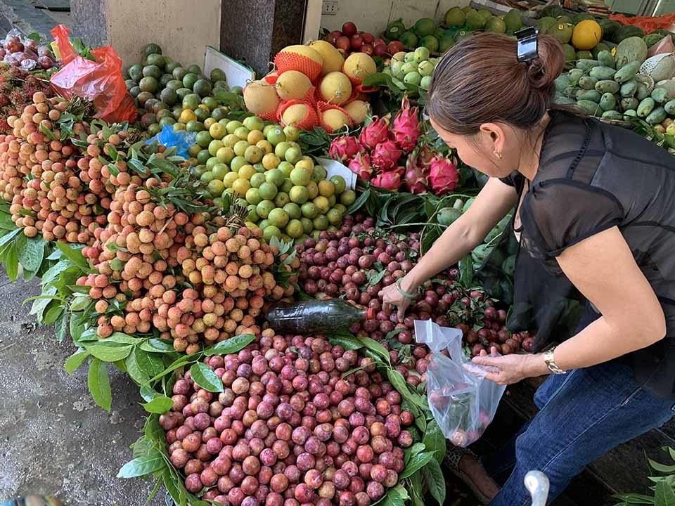 Cận Tết Đoan Ngọ, hoa quả 'giết sâu bọ' tăng giá phi mã