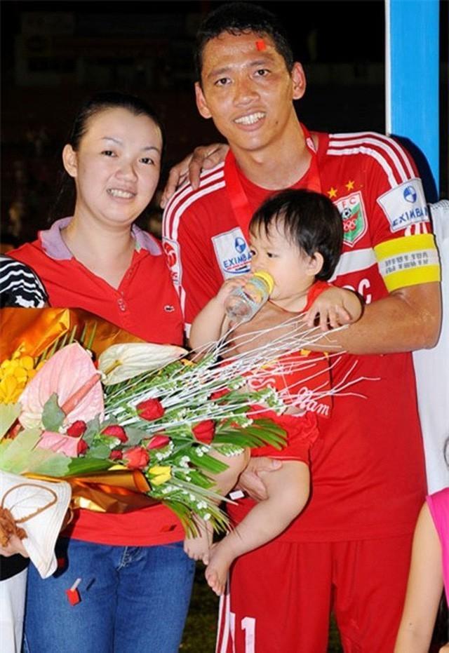 Khoảnh khắc đời thường của cầu thủ Anh Đức bên vợ con