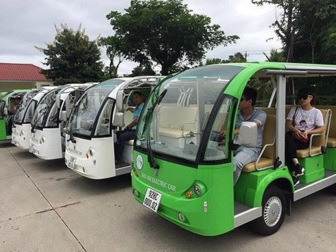 One more city experiments with battery-powered electric buses to serve tourists