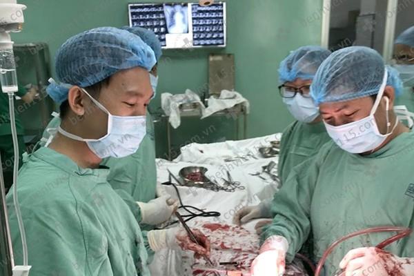 Cô gái Sài Gòn phải ngủ ngồi vì khối u 2kg trong lồng ngực
