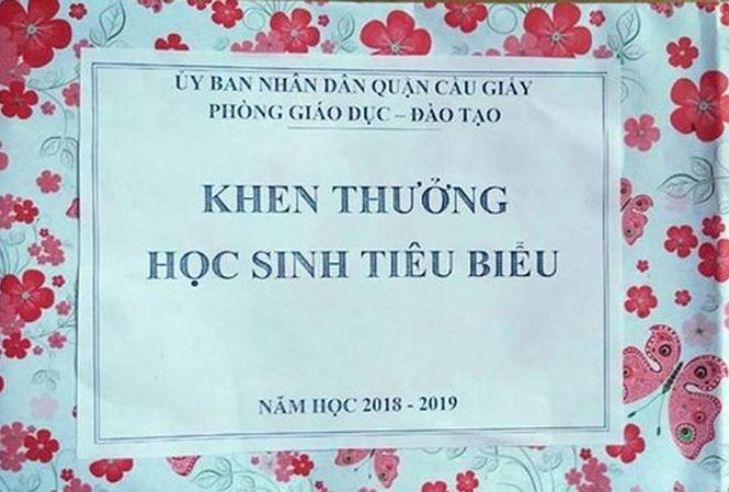Hanoi students receive empty gift boxes as rewards for achievements