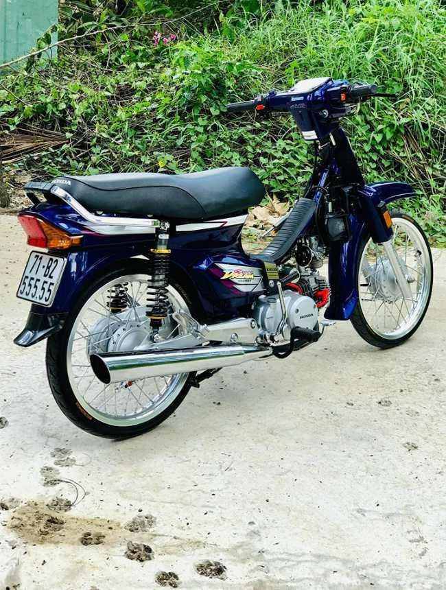 Honda Dream 'độ' đồ chơi gần 100 triệu đồng