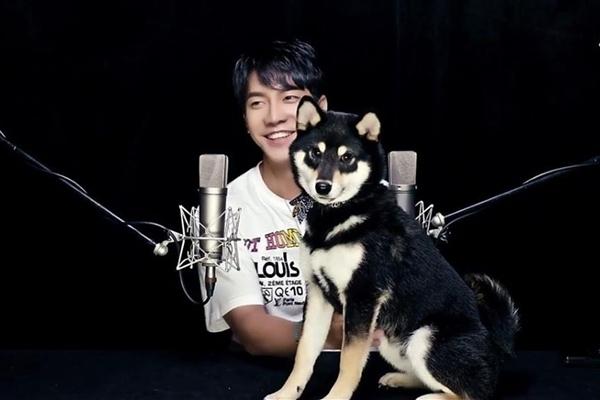 Lee Seung Gi bị cún cưng 'cướp' sự chú ý khi chụp hình chung