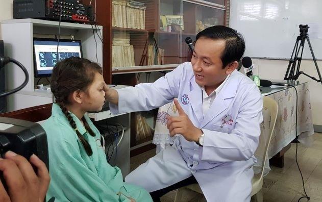 Khối u khiến thị lực cô bé người dân tộc Ca Dong gần như mù