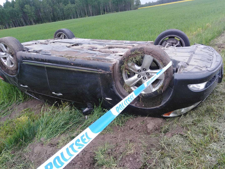Lexus lật ngửa khi tài xế chạy 260 km/h mải quay video