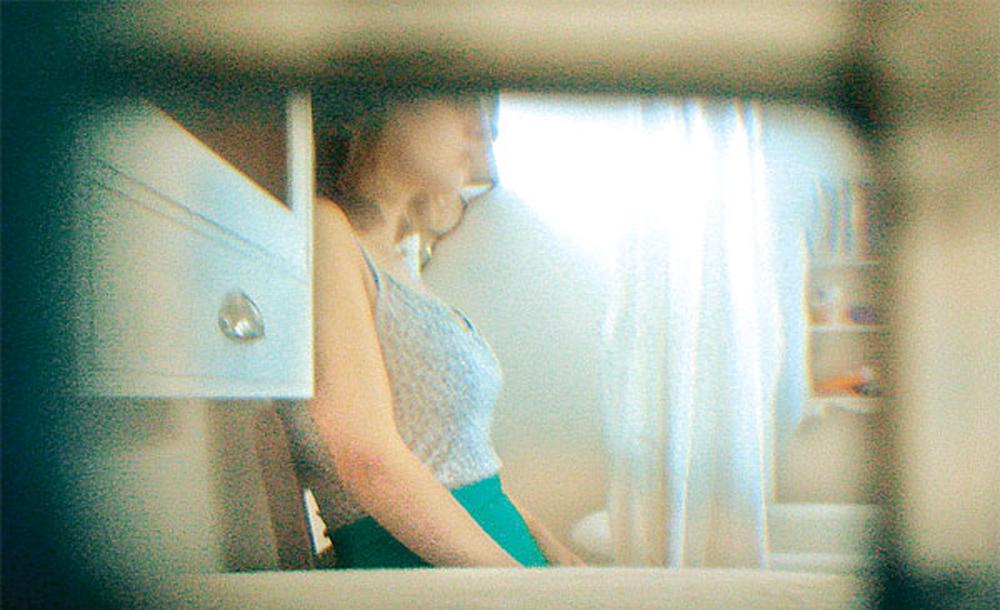 Khỏa thân trong phòng tắm, nữ sinh tá hỏa phát hiện camera quay lén