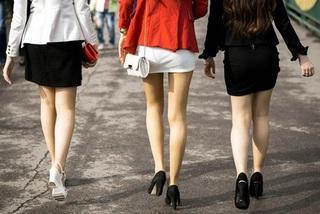 Mặc váy ngắn đi làm, nhân viên nữ được thưởng nóng