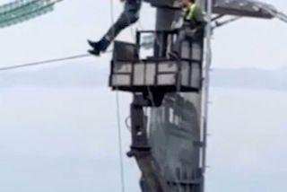Video thợ điện 'hít xà' trên cột điện cao thế 40m