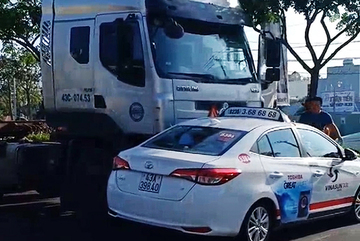 Xe container húc taxi văng nhiều mét ở Đà Nẵng, hành khách hú vía