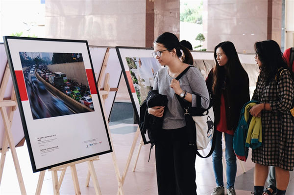 Photo exhibitions on air pollution tour universities in HCM City