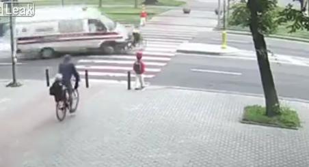 Đeo tai phone đạp xe, bé gái bị xe cấp cứu tông trọng thương