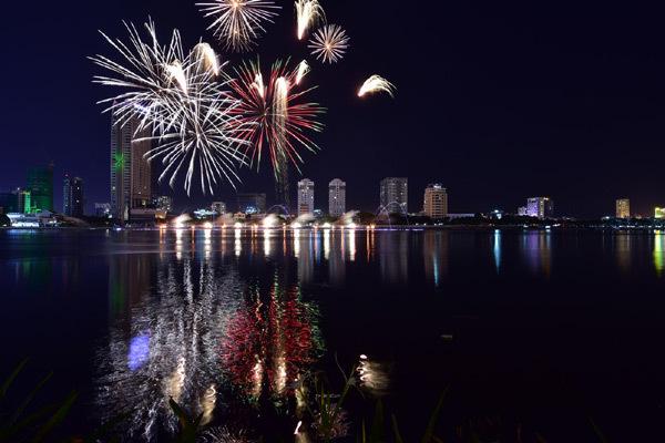 Da Nang Int'l Fireworks Festival dazzles spectators