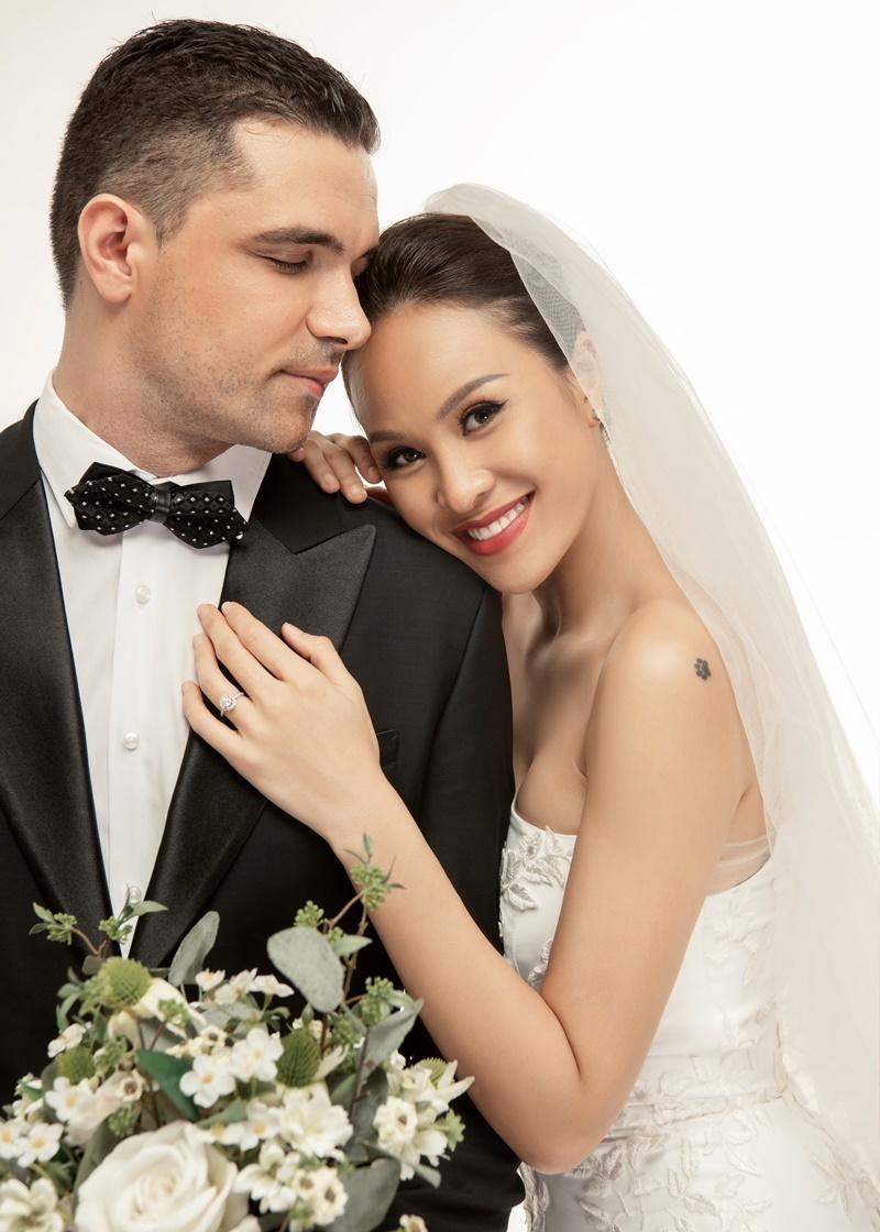 Ngắm trọn bộ ảnh cưới của MC Phương Mai với chồng Tây