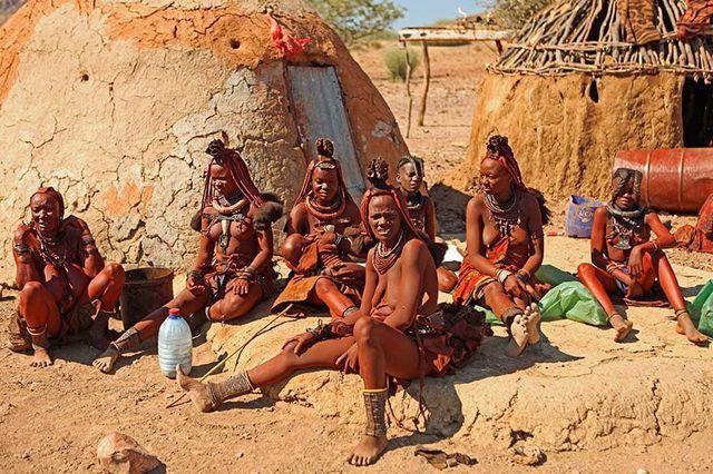 Bộ tộc kỳ lạ nơi phụ nữ để ngực trần, cả đời không tắm bằng nước