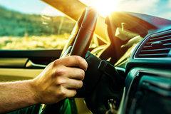 Ngồi trong ô tô có cần mặc áo chống nắng?