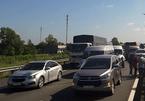 Ô tô và xe khách tông loạn xạ trên cao tốc TP.HCM-Trung Lương, ùn ứ nhiều km