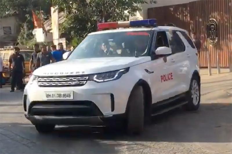 Tỷ phú Ấn Độ đi làm bằng xe bọc thép, cảnh sát hộ tống
