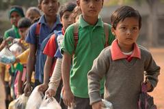 Trường học nhận rác thải nhựa thay cho học phí