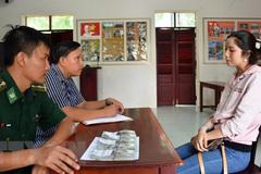 Tạm giữ 1 phụ nữ vận chuyển 50.000 USD từ Campuchia về Việt Nam