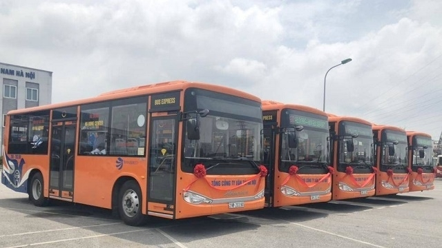 Bus route linking Ha Dong district and Noi Bai airport put into operation