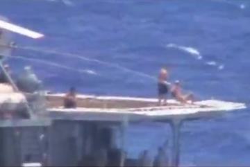 Thủy thủ Nga tắm nắng trên boong tàu khi suýt đâm tàu Mỹ