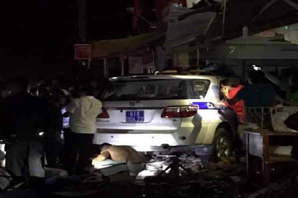 '. Tai nạn giao thông mới nhất: Xe CSGT lao vào tiệm vàng ở Bình Dương,1 người tử vong .'