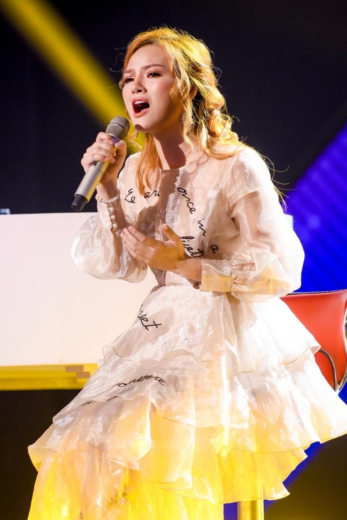 Giọng hát Việt gây tranh cãi khi bị tố thiên vị thí sinh là hot girl