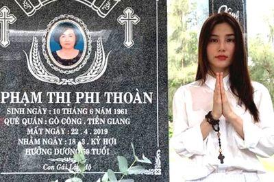 Diễm My 9X đau xót, nghẹn ngào bên mộ sau 49 ngày mẹ mất