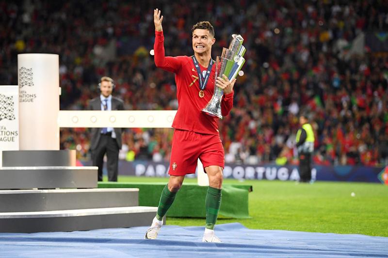 Ronaldo ôm cúp chạy ăn mừng đầy phấn khích