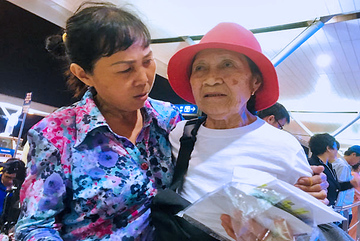 Cho con gái 44 năm trước, mẹ Việt sang Mỹ nhòe nước mắt đi tìm