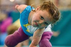 Bé gái 5 tuổi cụt tứ chi quyết thành ngôi sao thể dục dụng cụ