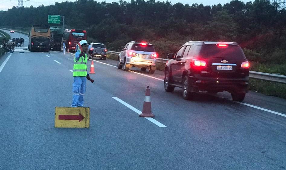 Xe khách đâm xe tải trên cao tốc Hà Nội - Lào Cai, nhiều người bị thương