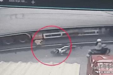 Clip: Thời điểm Thượng úy CSGT bị xe container cán tử vong tại chỗ ở Tiền Giang